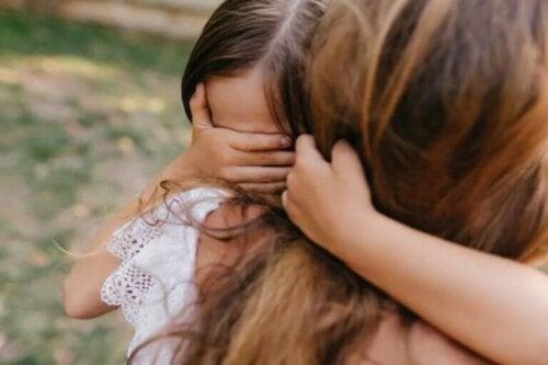 Hvordan hjelpe et barn med å komme seg fra traumer