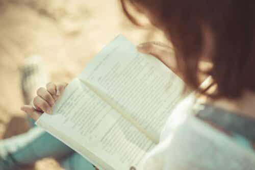 En kvinne som leser.