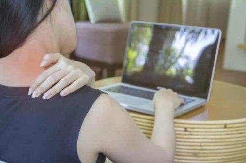 Kvinne med nakkesmerter.