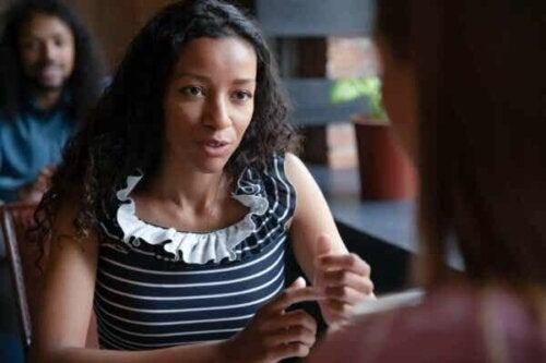 Kvinne som snakker med noen.