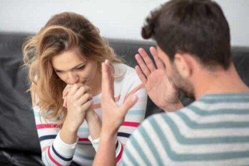 Mann og kvinne som kommuniserer.