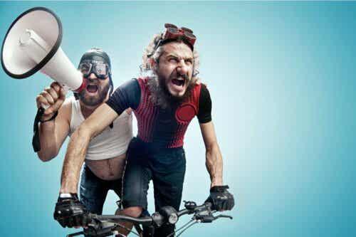 Menn på sykkel.