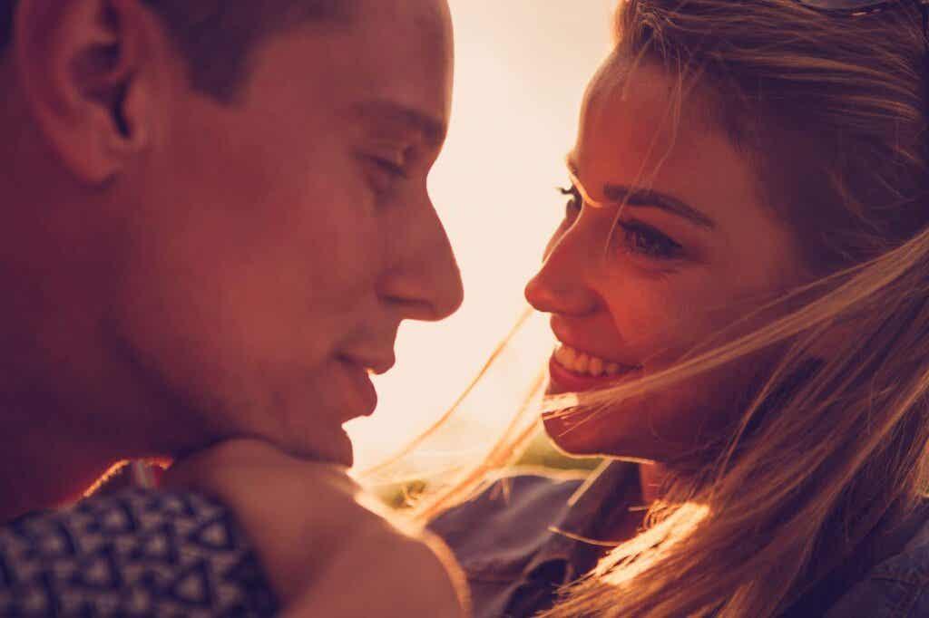Par som ser på hverandre smilende