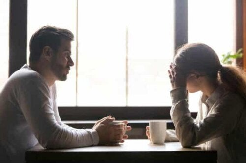 Par som snakker.