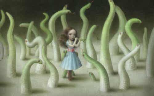 En jente omgitt av ormer.