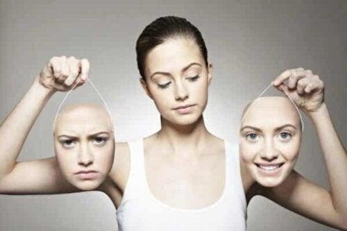 En kvinne som holder opp to masker.