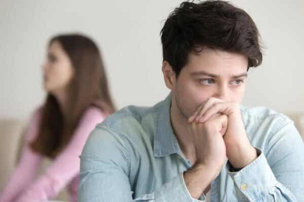 En mann som ignorerer sin partner.