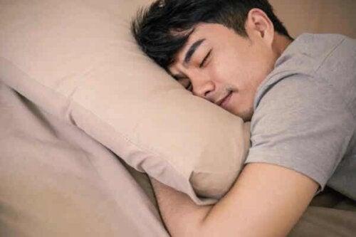 En ung mann som sover.