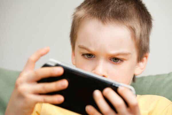 Et barn som ser på en telefon.