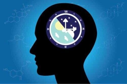 Et hode med en klokke.