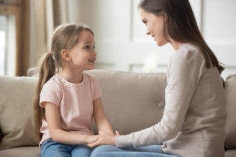 En mamma demonstrerer hvordan man takler ulydige barn.