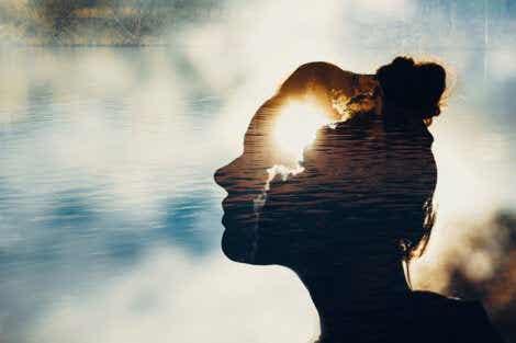 Et kvinneansikt lagt over vann som representerer egoet.