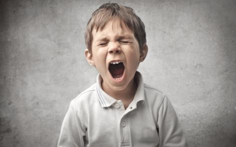 En liten gutt skriker.