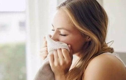Lukten av partneren din kan få deg til å slappe av