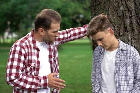 En mann som snakker med sønnen.