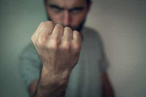 Mann utviser aggressiv atferd