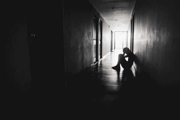 En mann som sitter i en korridor