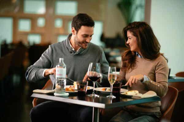 Et lykkelig par som spiser på en restaurant