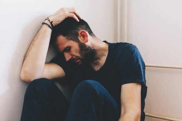 En mann som ser deprimert ut